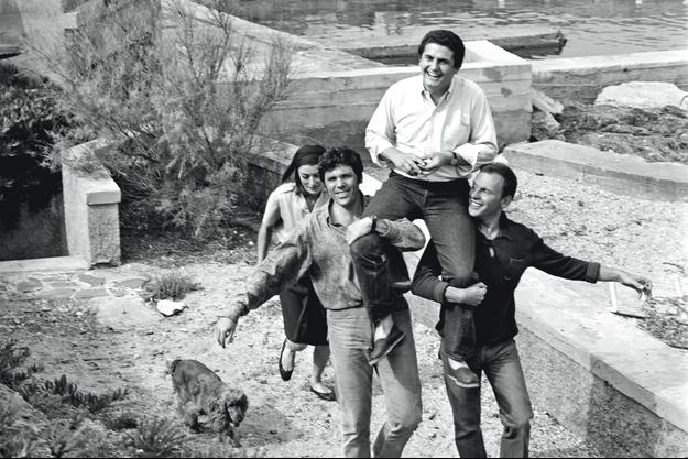 Pour fêter la consécration cannoise du film, en 1966, es acteurs Pierre Barouh et Jean-Louis Trintignant portent son réalisateur sur leurs épaules, suivis par Anouk Aimée.