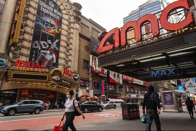 Deux célèbres cinémas de Time Square, à New York.