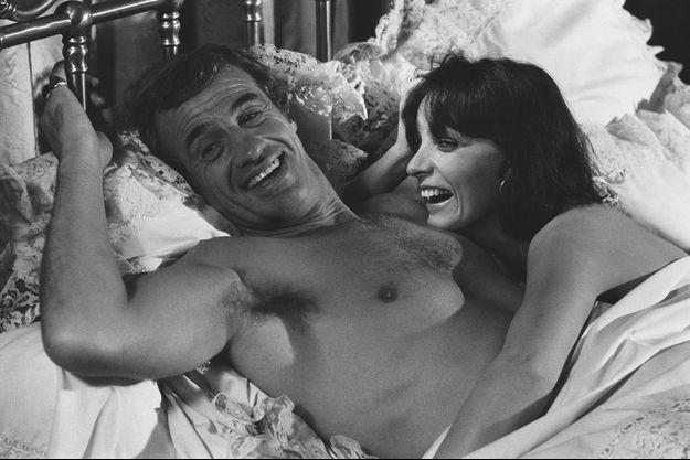 """Jean-Paul Belmondo et Marie Laforêt sur le tournage de """"Flic ou voyou"""" en novembre 1978."""