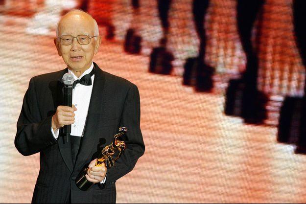 """Raymond Chow recevant le """"Lifetime achievement Award"""" aux 27ème Hong Kong Film Awards, le 13 avril 2008."""