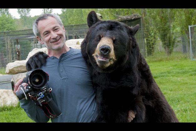 Philippe, notre photographe, et son nouveau pote, un ours de 250 kilos, ancien pensionnaire d'un cirque où il déprimait.