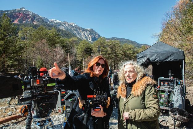 La réalisatrice avec Catherine Hiegel dans le rôle d'une responsable de l'association le Refuge.