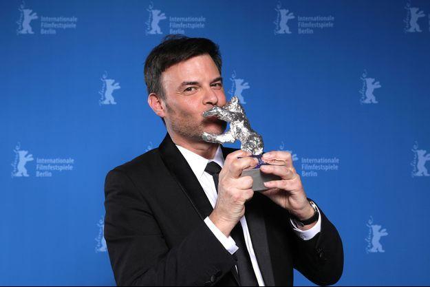 """François Ozon embrasse l'Ours d'argent. """"Grâce à Dieu"""" a obtenu le Grand prix du Festival de Berlin."""
