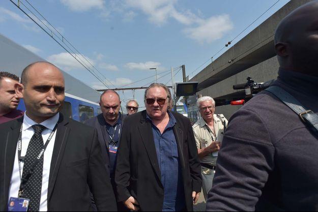 Gérard Depardieu à son arrivée en gare d'Angoulême.