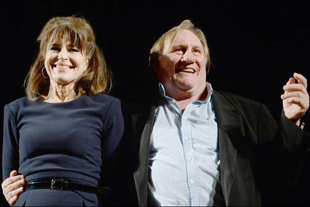 """Gerard Depardieu (D) et Fanny Ardant jouent dans la pièce """"La Musica deuxieme"""" de Marguerite Duras au théâtre Estrada de Moscou, le 7 octobre 2015."""