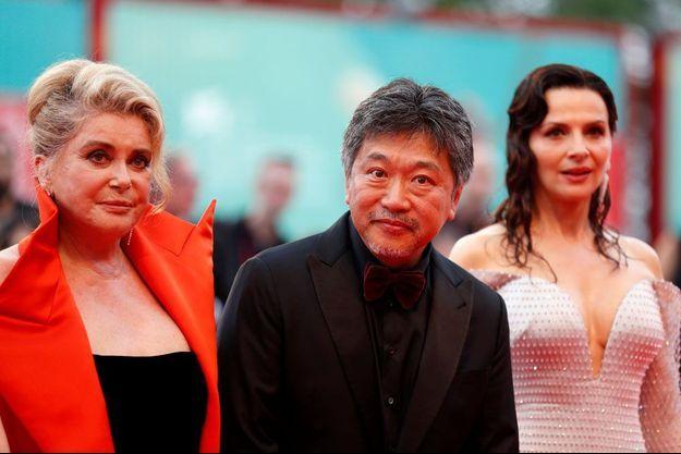 """Le réalisateur japonais Hirokazu Kore-Eda accompagné à Venise des deux actrices de """"La Vérité"""", Catherine Deneuve et Juliette Binoche."""