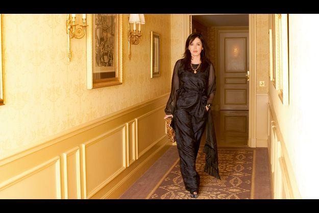 Une suite royale pour la reine Isabelle, en robe Marni et étole Dolce & Gabbana, dimanche 28 février. Elle s'est installée au George-V pendant le week-end des César.