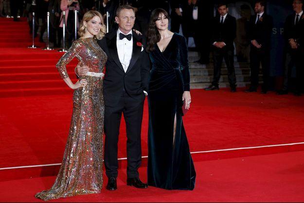 Lea Seydoux, Daniel Craig et Monica Bellucci prennent la pose.