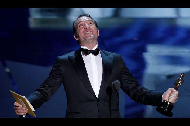 Jean Dujardin, les yeux au ciel, un Oscar en main.