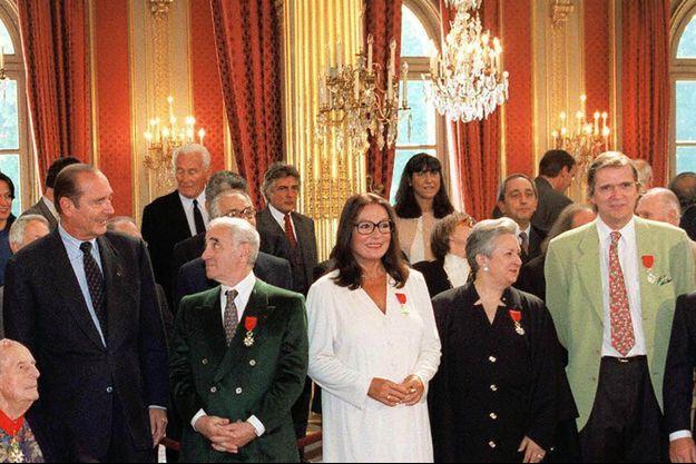 Jean-Marie Poiré, à droite en veste verte, le jour de la remise de la Légion d'honneur par Jacques Chirac le 11 septembre 1997.