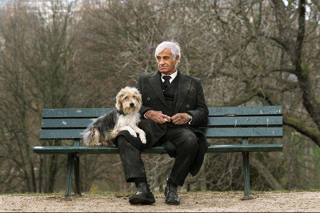Belmondo et Clap, une solitude partagée sur un banc des Buttes-Chaumont, à Paris, dans « Un homme et son chien » de Francis Huster (2008).