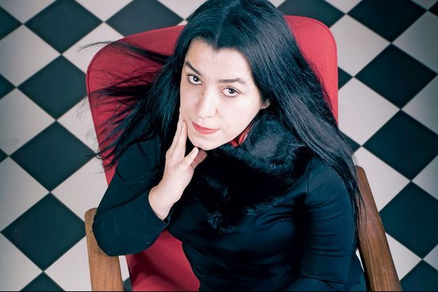 Marjane Satrapi pose pour Paris Match.
