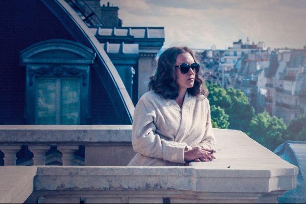 L'actrice campe une Madame Claude ambitieuse au sommet de son art.