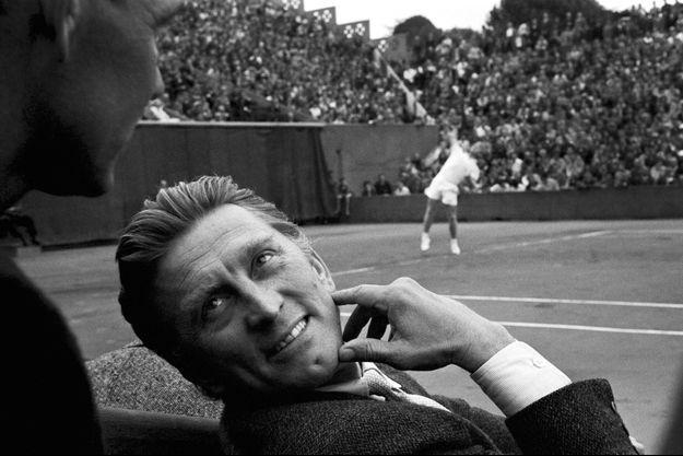 Le 22 mai 1958, Kirk Douglas assiste, à Paris, aux internationaux de tennis de Roland-Garros. A 41 ans, il est un des principaux dieux du 7e art.