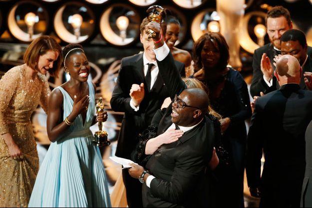 Lupita Nyong'o et Steve McQueen laissent éclater leur joie lors du triomphe de «12 Years a Slave».