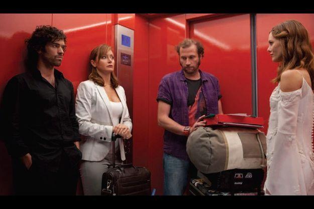 De g. à d. : Romain Duris, Julie Ferrier, François Damiens et Vanessa Paradis.