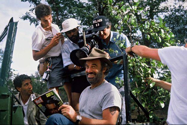 """En pleine lecture de Paris Match, Belmondo sous l'oeil de la caméra de Claude Lelouch, pendant le tournage d'""""Itinéraire d'un enfant gâté."""""""