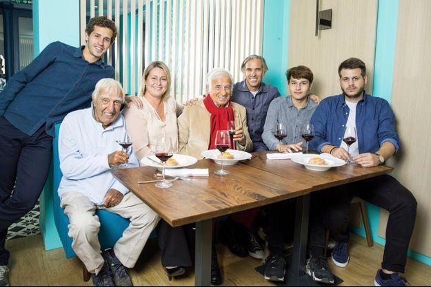 Ici en 2016, la famille Belmondo attablée devant l'objectif de Match: Victor, l'ami de toujours Charles Gérard, Luana, Jean-Paul, Paul, Giacomo et Alessandro.