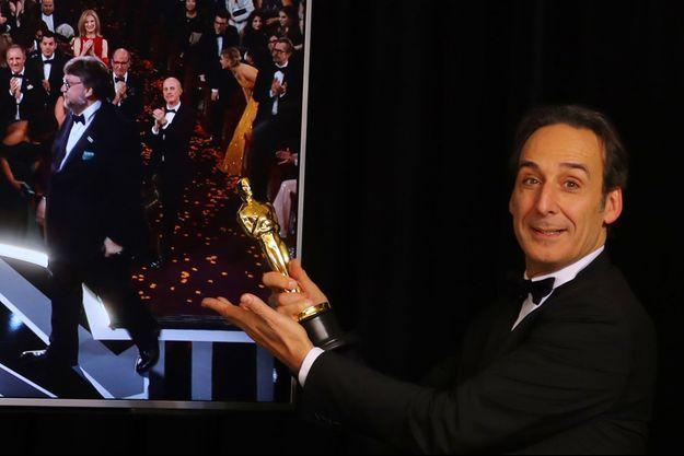 Alexandre Desplat, son Oscar en main, remercie le réalisateur Guillermo del Toro.