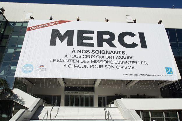 Une bâche de remerciements aux soignants a été disposé sur la façade du Palais des festivals à Cannes.