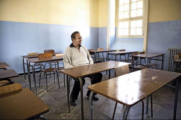 Dans une salle de classe du lycée Abdelkader, autrefois lycée Bugeaud, où Roger Hanin a été scolarisé, tout comme Albert Camus et Paul Belmondo le père de Jean-Paul.