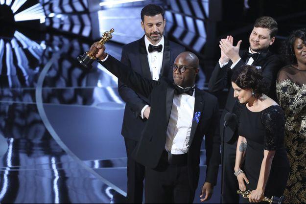 """Barry Jenkins brandit l'Oscar du meilleur film pour """"Moonlight"""""""