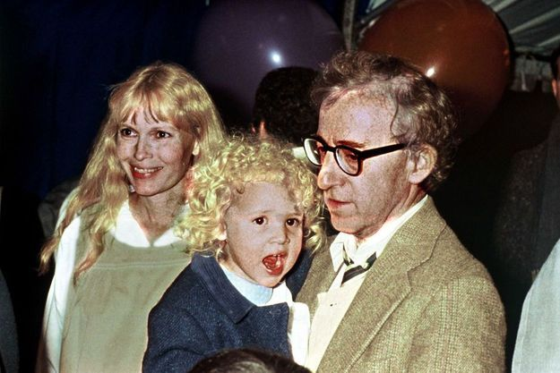 Dylan dans les bras de Woody Allen, accompagné par Mia Farrow, en 1987.