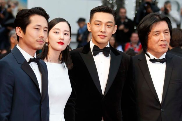 """Lee Chang-dong, à droite, et le casting de """"Burning"""" lors du Festival de Cannes 2018."""