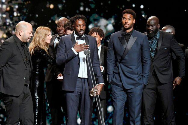 """Ladj Ly et son équipe pour la victoire du film """"Les Misérables"""" en 2020."""