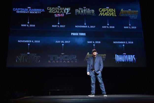 Kevin Feige, le patron de Marvel Studios, devant l'écran qui présente les nouveaux films à venir.