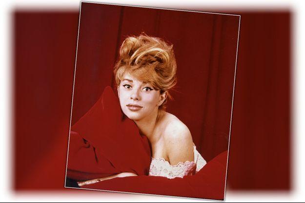 À ses débuts, à Paris. L'admiratrice de Marilyn Monroe a perdu son accent du Midi et ses boucles sombres, mais elle cherche encore son style. Elle commence par adopter le look des stars de l'époque, comme Brigitte Bardot.