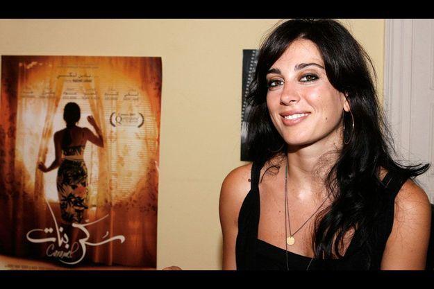 """Nadine Labaki devant l'affiche de son précédent film, """"Caramel""""."""