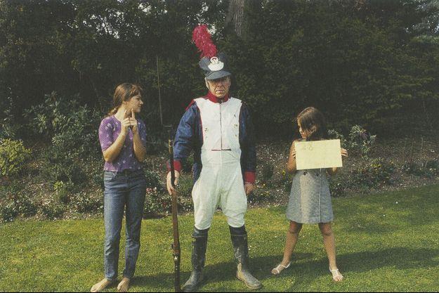 Essai de costumes imprimés sur papier chez Stanley Kubrick en compagnie de ses deux filles, Katharina (à g.) et Anya.