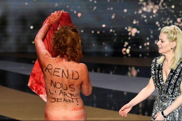 Corinne Masiero dénudée sur la scène des César pour interpeller le gouvernement sur la situation des intermittents du spectacle.