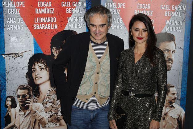 Olivier Assayas et Penelope Cruz lors de l'avant-première du film à Paris.