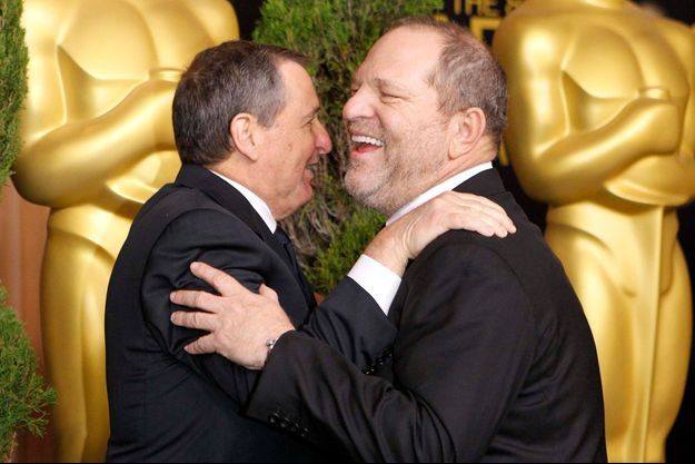 Harvey Weinstein dans les bras du président de l'académie des Oscars de l'époque, Tom Sherak lors de la cérémonie des Oscars 2012.