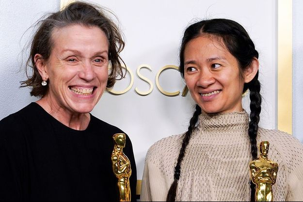 Chloé Zhao, ici aux côtés de Frances McDormand, également récompensée, est devenue seulement la deuxième femme récompensée pour la mise en scène aux Oscars pour le sublime «Nomadland».