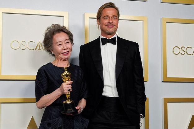 Youn Yuh-jung et Brad Pitt lors de la 93e cérémonie des Oscars.