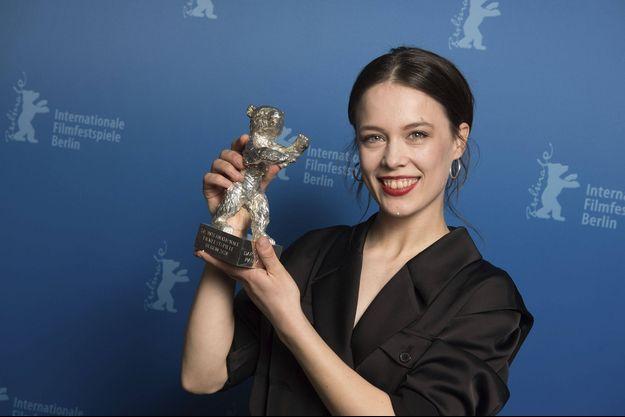 """Paula Beer a obtenu l'Ours d'argent de la meilleure actrice pour """"Ondine""""."""