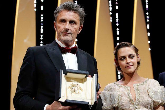 Pawel Pawlikowski a reçu le prix de la mise en scène à Cannes des mains de Kristen Stewart.