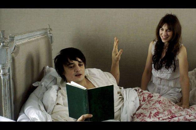 Pete Doherty dans le rôle d'Octave et Charlotte Gainsbourg dans celui de Brigitte, une veuve dont Octave tombe éperdument amoureux.