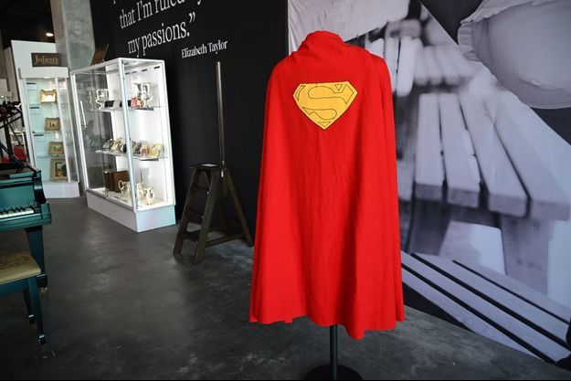 La cape a été vendue pour 193.750 dollars à Los Angeles.