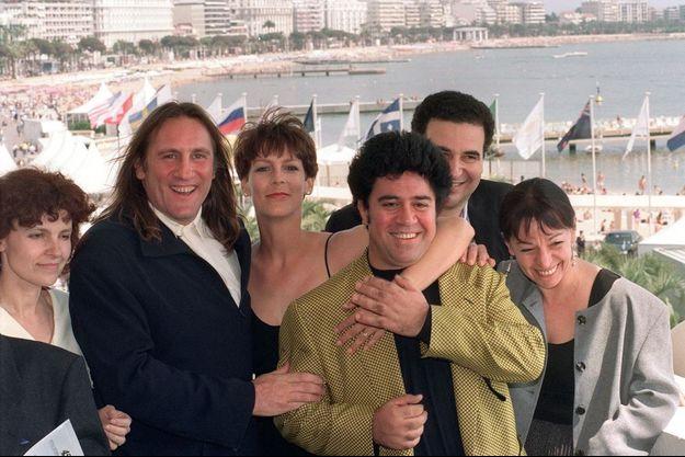 Des membres du jury du festival de Cannes, le président du jury Gérard Depardieu (2èG), la comédienne américaine Jamie Lee Curtis et le réalisateur Pedro Almodovar (C) posent pour la presse, le 7 mai 1992 à Cannes, avant l'ouverture officielle du festival de Cannes.