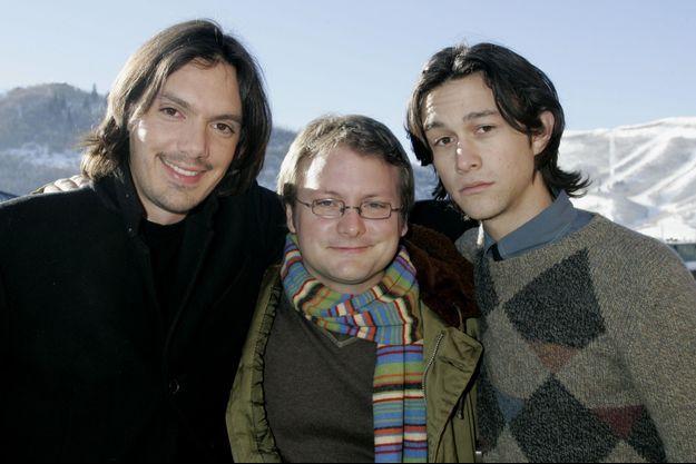 Rian Johnson, au centre, accompagné des acteurs Lukas Haas et Joseph Gordon-Levitt, à Sundance en 2005.