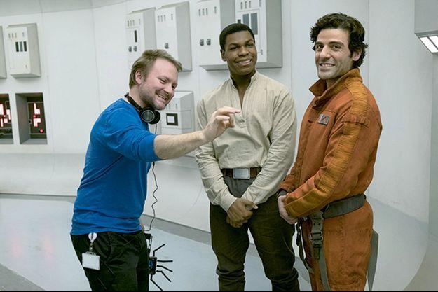 """Rian Johnson sur le tournage des """"Derniers Jedi"""" avec John Boyega et Oscar Isaac."""
