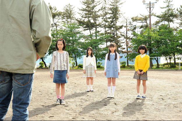Le tueur et les quatre fillettes bientôt témoins d'un futur meurtre.