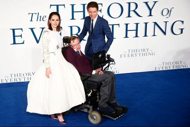 """Felicity Jones, Stephen Hawking et Eddie Redmayne à l'avant-première d'""""Une merveilleuse histoire de temps""""."""