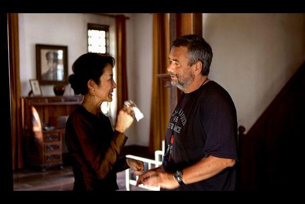 Michelle Yeoh et Luc Besson dans les décors de la maison de Aung San Suu Kyi à Rangoon, recréée à l'identique en Thaïlande.