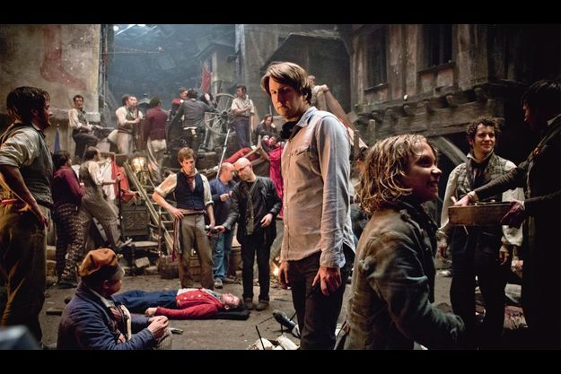 Sous le regard de Tom Hooper, Gavroche, incarné par le jeune Daniel Huttlestone, se détend avant la scène tragique de sa mort.