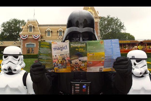 Une image extraite d'une publicité pour l'attrcation Star Tours à Disneyland.